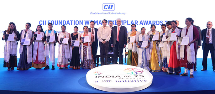Shri Suresh Prabhu, Hon'ble Minister of Commerce & Industry and Civil Aviation, presents the CII Foundation Woman Exemplar Award 2019